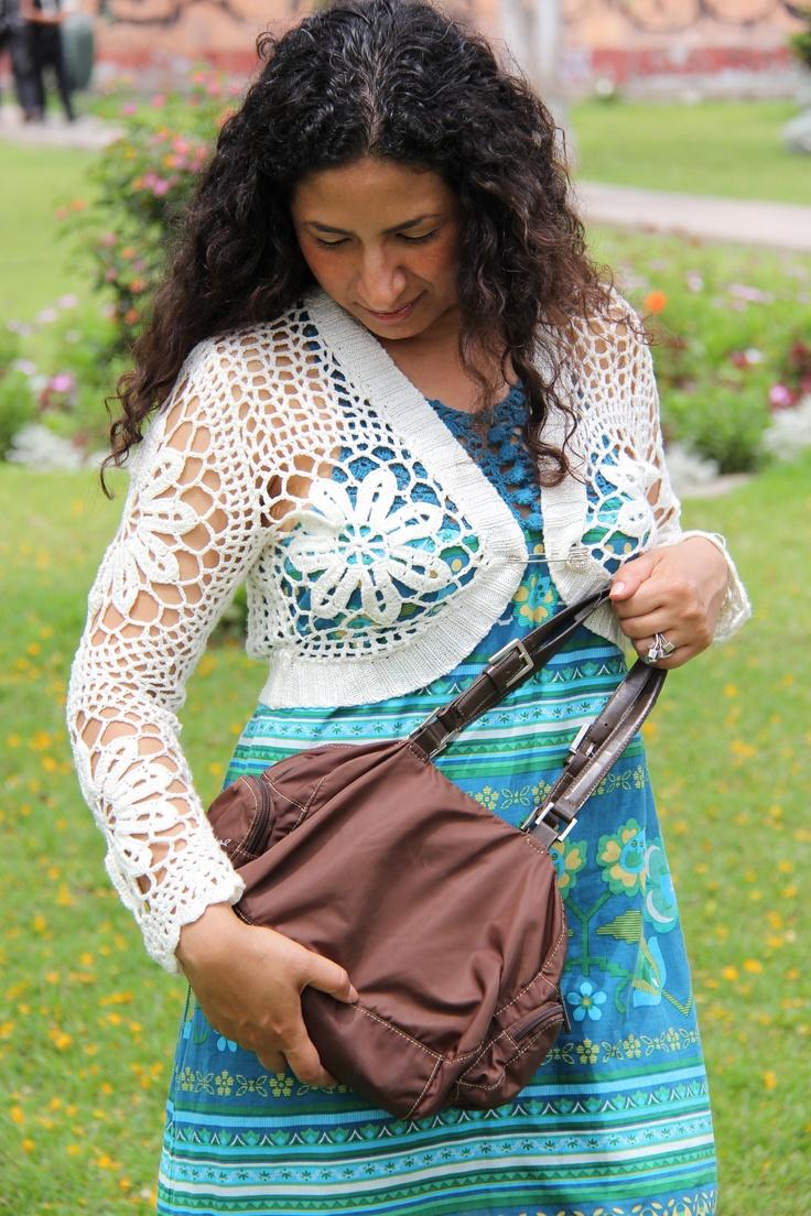 Bolero tejido, hecho a crochet por tejedoras peruanas, vestido americano, botas Nine West.