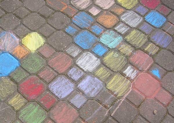 On peut faire plein de choses avec des craies de trottoir (et vous pouvez même les frabriquer). Comme :