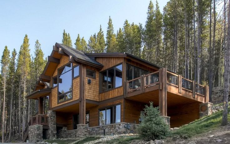 Уютный деревянный дом в лесу с классическим интерьером