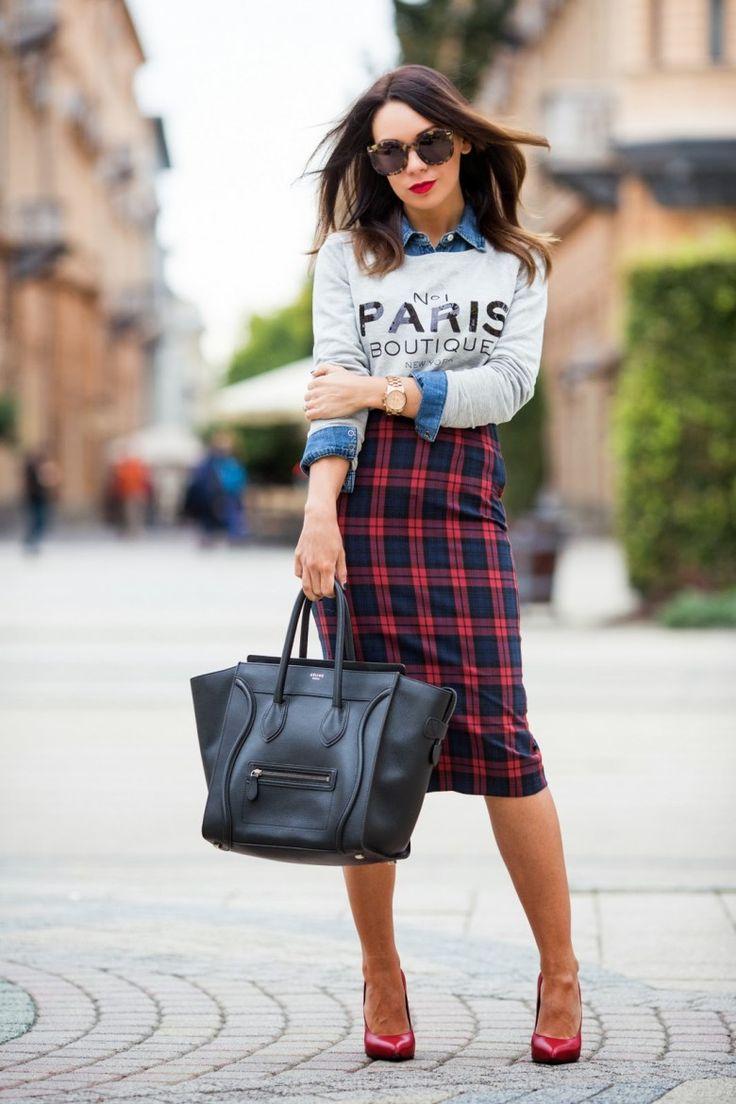 Pull paris superposé sur chemise en jean, jupe crayon à carreaux écossaise, escarpin rouge, lunettes de soleil, sac en cuir noir, rouge à lèvres rouge