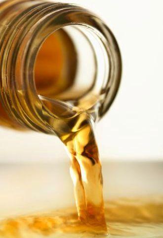 LA RICETTA CON L'ACETO DI MELE PER PERDERE PESO  1 SETTIMANA: Assumere 1 cucchiaino di aceto di mele in mezzo bicchiere d'acqua 10 minuti prima dei pasti, questo dà il tempo all'organismo di accelerare il metabolismo.  2 SETTIMANA: Passare a 2 cucchiaini.  3 SETTIMANA: Passare a 3 cucchiaini.Se il nettare è troppo per lo stomaco, si consiglia, invece, di scegliere pillole all'aceto di mele.