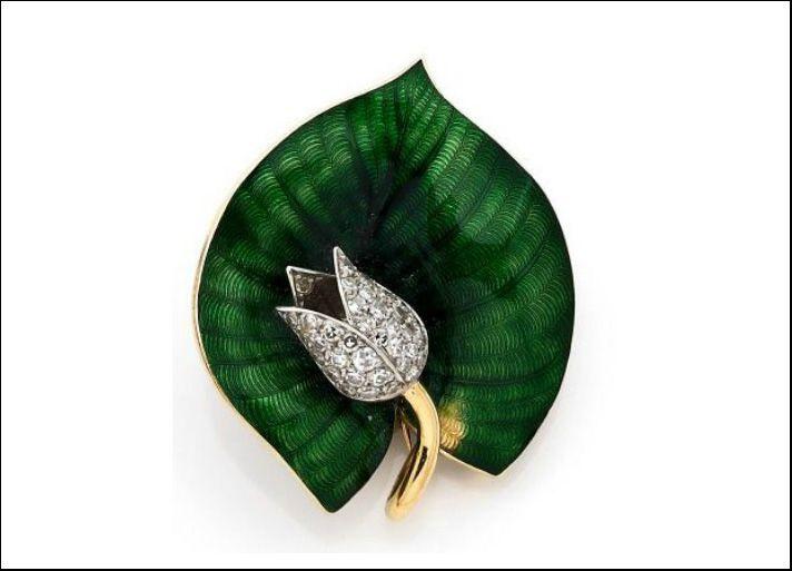 Boucheron, spilla in oro giallo, platino, smalto verde e diamanti bianchi