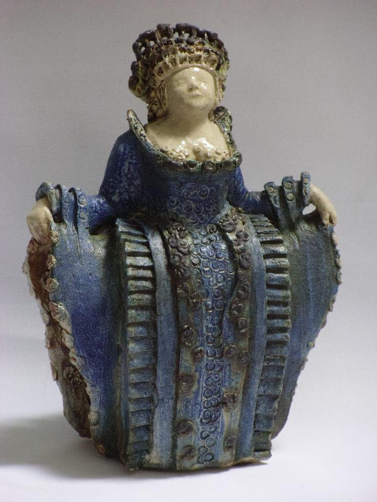 Beeld van Keramiek. Middeleeuwse vrouw met een blauwe jurk. Gemaakt door keramist Nel Rood.