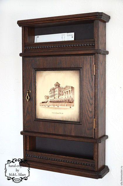 Резная мебель из массива дуба. Ключница в стиле винтаж. Настенная ключница. На дверце ручной рисунок в авторской технике. Дом Пашкова в Москве, годы постройки 1784-1786 г.