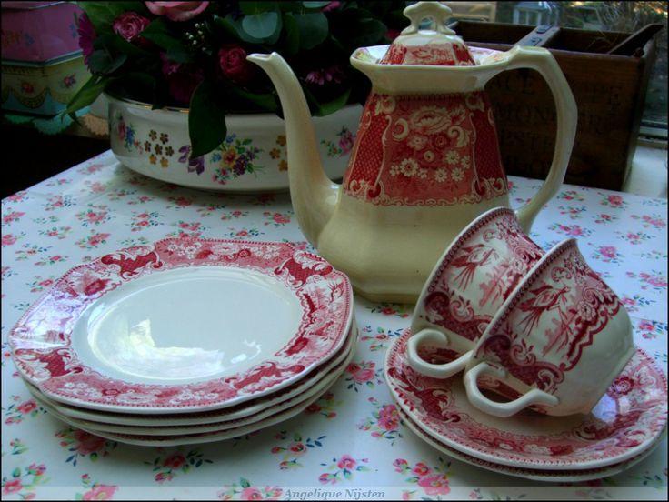 """Mestreechs eerdewirk!  """"societe Ceramique"""" in het rood. Uit de """"victoria"""" serie.  1x koffiepot, twee koffiekopjes met bijbehorende schoteltjes en 4 gebaksbordjes."""