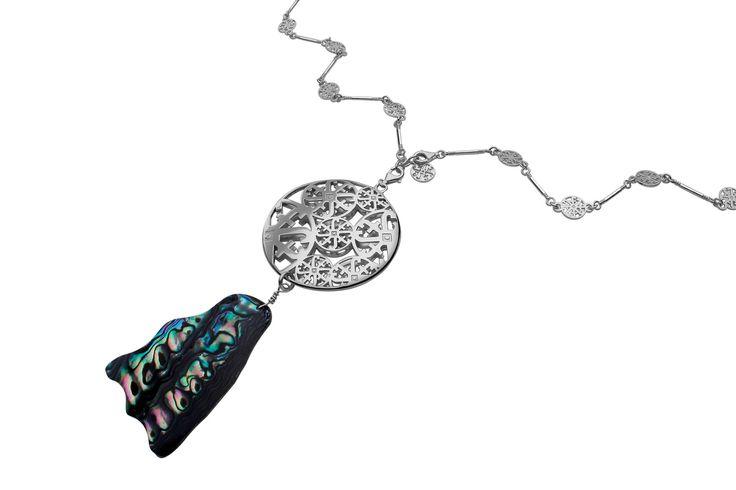 Dije logos con concha nácar AUTARQUIA by Jordana Tello Art Jewelry Tendencias2014 BIOGÉNESIS