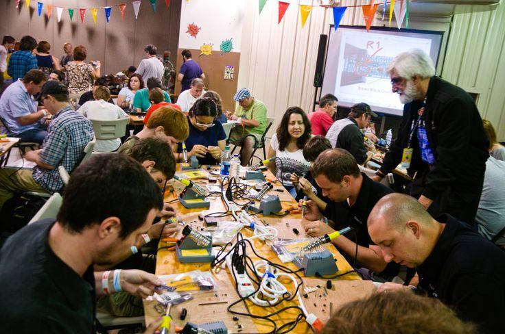 """Il fenomeno dei """"makers - i cosiddetti """"artigiani digitali"""" - è uno dei più gettonati argomenti trattati negli ultimi 5-6 anni dalla stampa generalista e di settore. Questi personaggi, un po' nerd, un po' ingegneri, un po' inventori sono diventati famosi perché per molti rappresentano una ventata di aria fresca nel panorama, non più così attrattivo, dell'innovazione di oggetti. Per altri, invece, incarnano l'essenza dell'uomo artigiano di Sennett, che riporta la dimensione del profitto a…"""