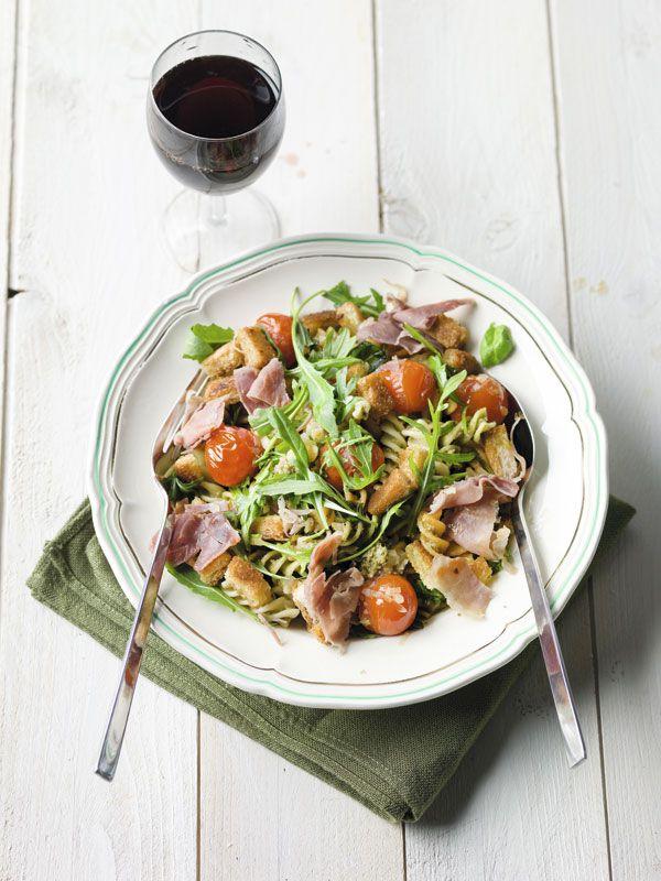 Fusilli tricolore met prosciutto, rucola, croutons en pesto van basilicum