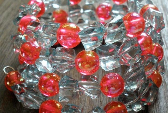 Široký 5-radový náramok z veľkých akrylových zlomkov v žiarivej aqua farbe a čírych jedovato ružových perličiek s dúhovými odleskami.  Univerzálna veľkosť, bez zapínania.