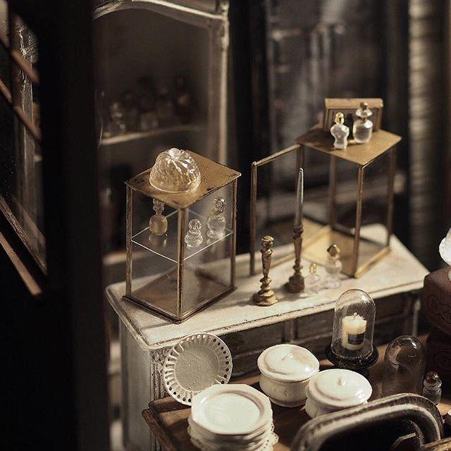❤︎ ・ original handmade miniature size 1/12 . 昼間に作ったケースより 線を細くしてみました。 二段ケースと、扉付きタイプの二種類。 枠は1ミリ。 ピンセットを使って、組み立てていきました。 カラーは真鍮色に。 ・ ・ ・ ・ ・ ・ ・ ・ #ミニチュア #ガラス瓶#miniature  #アンティーク風#陶器 #フレンチ#bottle#French #Antique#フレンチ皿#アンティーク瓶 #cute#お皿#香水瓶#Frenchdecor #食器 #Interior#フレンチインテリア#プレート #オクトゴナル皿 #Frenchdecor#帽子#オクトゴナル #モントロー#miniatures#dollhouse #ディスプレイ#ガラスドーム #ドールハウス#dollhouse