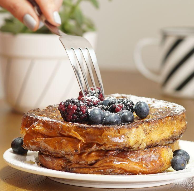 French Toast delícia! Pão de brioche, açúcar, canela, mel e frutinhas vermelhas. Melhor café da manhã.