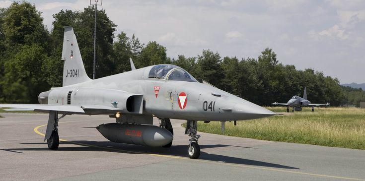 """Zwei F-5 """"Tiger"""" rollen am Flughafen Graz-Thalerhof auf die Startbahn"""