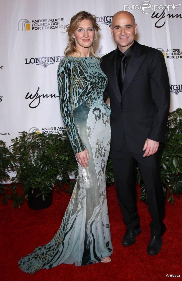 ANDRE AGASSI AND STEFFI GRAF Andre Agassi, soutenu comme toujours par sa femme Steffi Graf, donnait ...