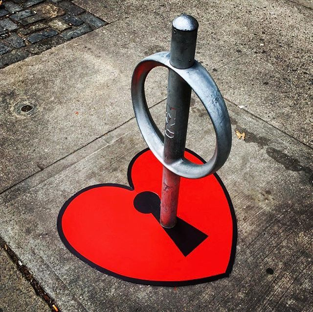 911 Remembrance😢 My heart goes out to the family and friends of all those who perished this day. #weareone #newyorkcity #iwillalwaysloveyou #nyc #keytoyourheart 🗝♥️ #ilovenewyork #bikerack #streetart #tombobnyc #newyorkstreetart #tombob #streetartnyc #bestcityintheworld #i♥️ny