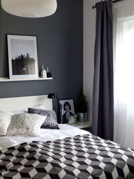 schlafzimmer mit dunkelgrauer wand