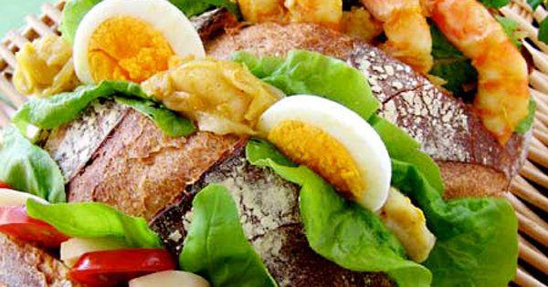 ビッグサイズの具だくさんサンドイッチはみんなでパクリと 大きなパン・ド・カンパーニュに、さまざまなシーフードや野菜をにぎやかにはさんだサンドイッチは、みんなで好きなところを好きなだけ食べられる、まさにパーティ向きの一品。具のはさみ方次第でとても華やかに。|『ELLE gourmet(エル・グルメ)』はおしゃれで簡単なレシピが満載!