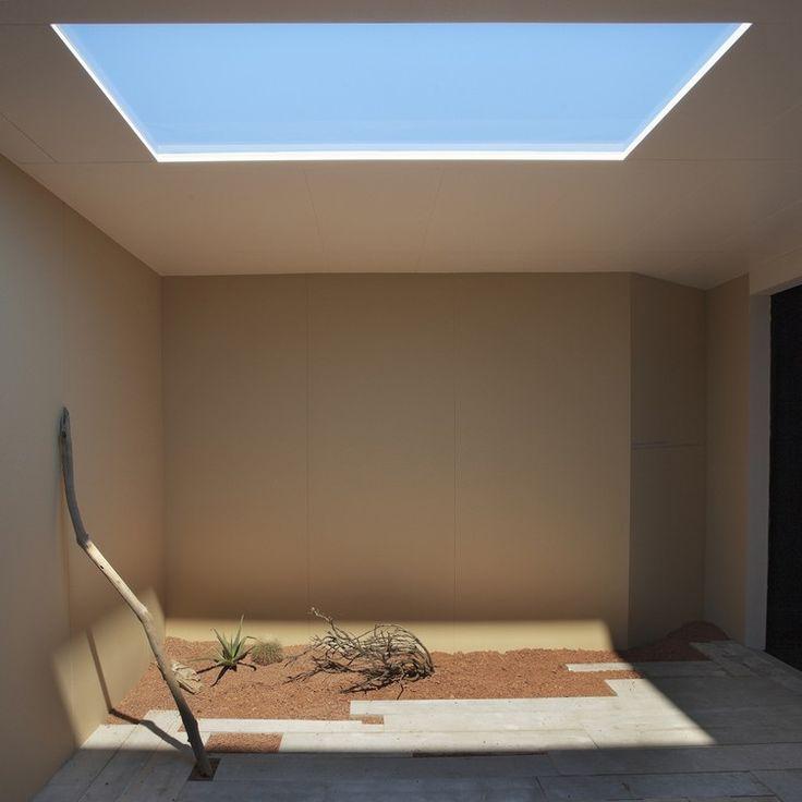 puits de lumière artificielle et ambiance tropicale, peinture beige et carrelage sol assorti