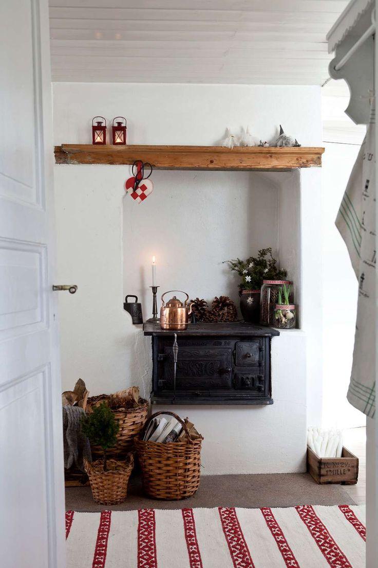 MYSIG JUL VID HAVET. Inomhus finns många ursprungliga detaljer bevarade, som vedspisen i köket som Louise gjort fin för jul | L A N T L I V