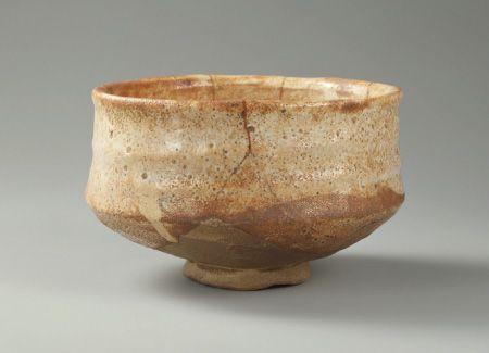 志野茶碗 銘 梅が香 しのちゃわん めい うめがか 陶器/一口 桃山時代・16世紀末期~17世紀初期 高8.3cm 口径13.5cm 底径3.8cm 重392.9g 五島美術館蔵 美濃焼(岐阜県の陶器)の一種。腰高で、底部の高台付近は、釉薬が掛からない土見せの部分があり、志野特有の白い胎土が見える。小振りの付け高台。文様がない無地志野の茶碗であり、薄く赤味を帯びた釉色は珍しい。1250度以上の高火度で紅色となる黄土を使った化粧掛けを施し、その上に白く発色する長石(ちょうせき)を主成分とする志野釉を掛けたもの。銘もそのほのかな赤味からの連想であろうか。江戸時代後期の大名茶人松平不昧(ふまい 1751~1818)の旧蔵。岐阜県土岐市の高根西窯から、同種類の陶片が出土している。