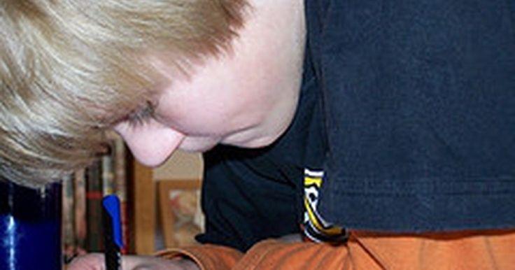 """Cómo enseñar escritura cursiva a principiantes. Los estudiantes jóvenes siempre están ansiosos por aprender la escritura cursiva. Muchos de ellos tratarán de imitar a sus padres o hermanos mayores cuando escriban y presumirán, """"Yo ya sé cómo escribir en cursiva"""". Por lo general, es un tipo de impresión con una gran cantidad de giros o incluso líneas que conectan las letras. Por lo general, la ..."""