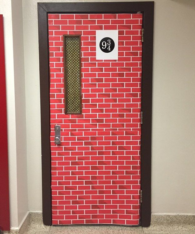 What if you went to school and discovered that your classroom door had been transformed into the King's Cross platform? | This Harry Potter Classroom Is Totally Magical
