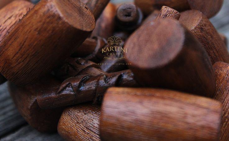 Pembuat Souvenir kerajinan gantungan kunci kayu jati ukir Jepara Jawa Tengah Indonesia