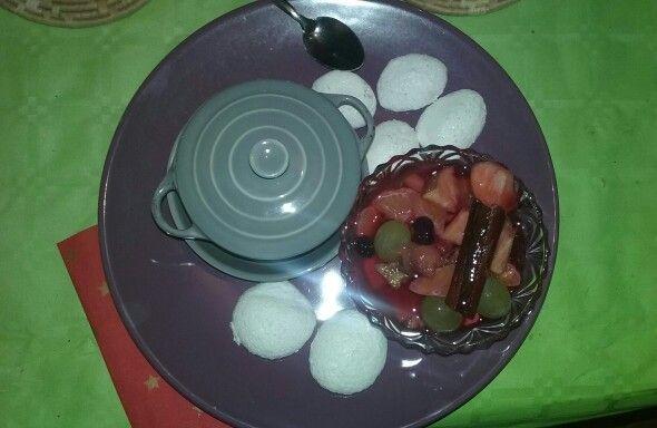 SALADE DE FRUITS : - Coupez 4 Pommes, 2 Bananes, 1 Pamplemousse Mettre une grappe de raisins, les quartiers de 2 clémentines, et l'équivalent d'un ramequin de fruits rouges congelés. POUR LE JUS DE LA SALADE :  - Dans une petite casserole mettez 20 morceaux de sucre de canne, 20cl d'eau, un bâton de cannelle, une gousse de vanille fendue dans le sens de la longueur (ou 2 c.à.c d'arome), le zeste et le jus d'un demi citron vert. - Portez à ébullition pendant 2 min puis hors du feu couvrez et…