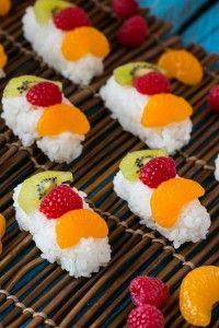 Sushi di frutta con riso al cocco
