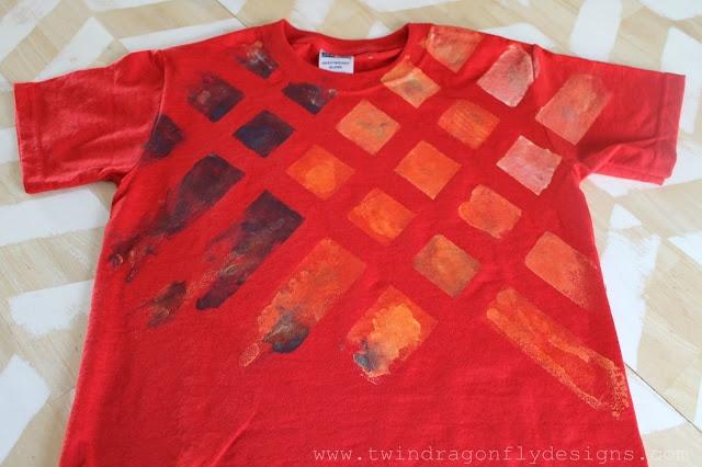 makkelijk een t-shirt pimpen  Schilders-tape op het shirt plakken en met textielverf verven. Dan tape eraf halen.