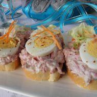 Fotografie receptu: Pikantní česnekovo-salámové chuťovky