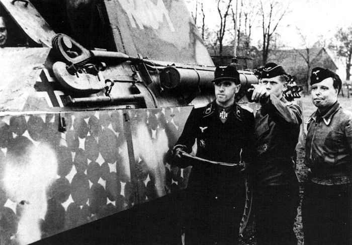 """Panther Ausf. G Befehlswagen (Fallschirm.Pz.Korps """"Hermann Göring"""") Note the man on the right with severe burns on his face."""