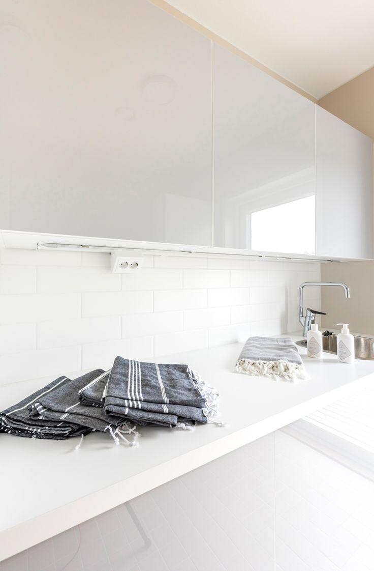 Kodinhoitohuoneen välitilassa Harmony valkoinen 97x297 mm, himmeä. #pukkilalaatat #pukkila