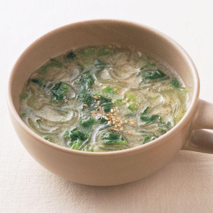 かくし味のオイスターソースで味わい深く「小松菜のごまスープ」のレシピです。プロの料理家・栁川かおりさんによる、小松菜、はるさめ、しょうがのみじん切りなどを使った、88Kcalの料理レシピです。