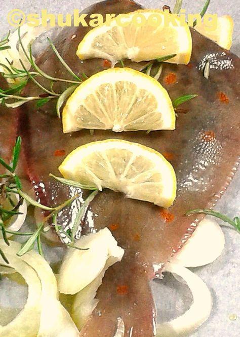 pour 4 : 3 carrelets 1 citron romarin frais 1 gros oignon huile d'olive Chauffer le four à 200°. Couper l'oignon en rondelles et les repartir dans un plat allant au four muni d'un papier cuisson. Poser dessus les carrelets préparés par le poissonnier....