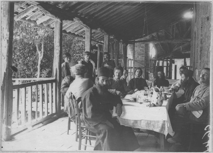 Opérateur K (code armée, photographe) Grèce ; Thessalie ; Trikala ; Kalambaka; Les Français au Monastère des Météores (juin - juillet 1917). Les Français reçus par les moines. Date prise vue 1917.