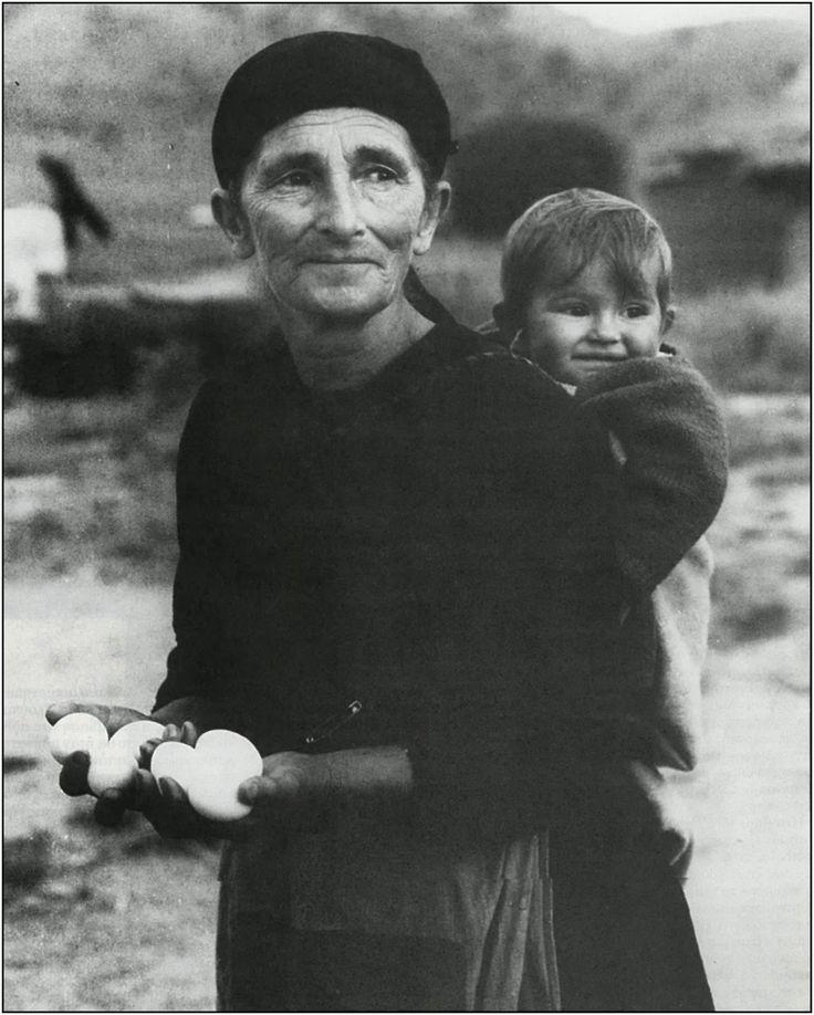 Η Φωτογραφία: Τάκης Τλούπας-Αυγά για το εγγόνι,1960
