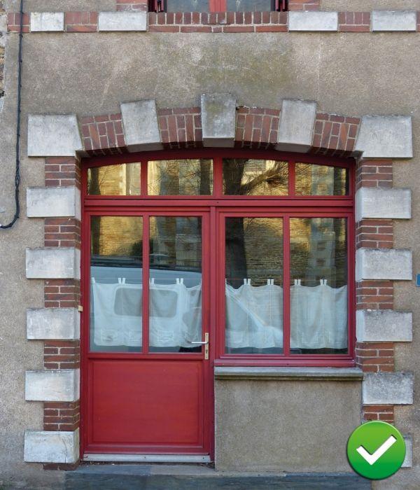 Ensemble au dessin étudié. Le soubassement de la porte reprend la hauteur de l'allège de la fenêtre. Les modénatures de pierre et de brique sont conservées. L'allège maçonnée reprend la finition de la façade.