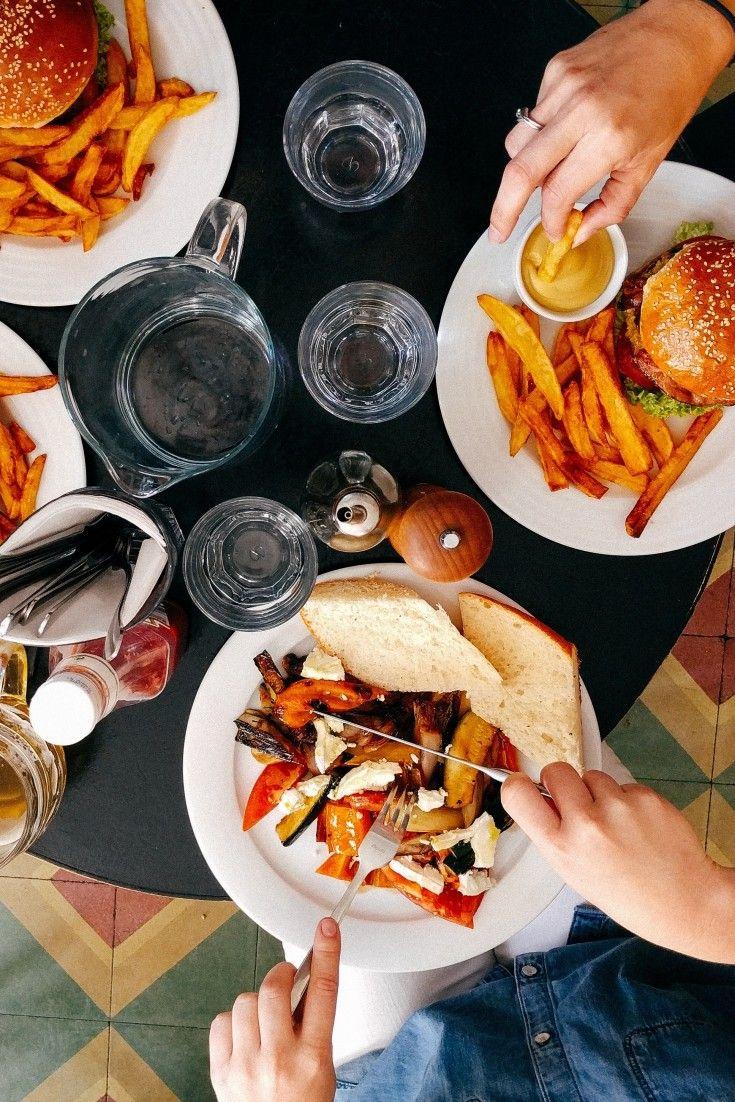 Cómo comerte el mundo este verano: las diez normas más raras para sentarse a la mesa