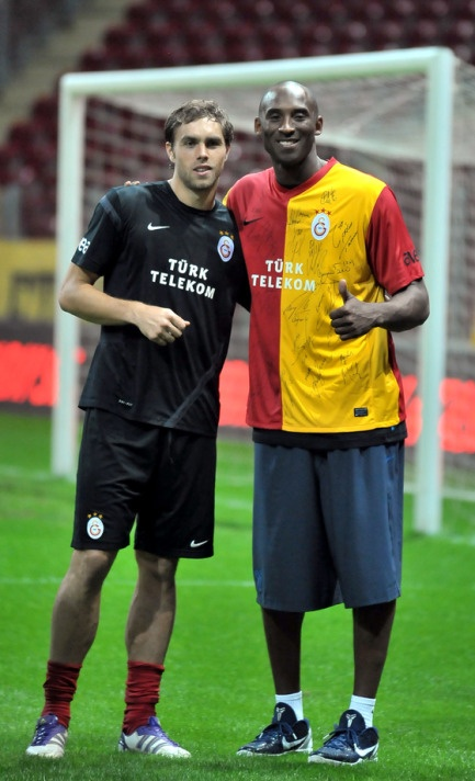 Kobe Bryant - Johan Elmander Galatasaray Antremanı Türk Telekom Arena :) #galatasaray #istanbul #futbol #football #fussball #goal #turkey #drogba #kobe braynt