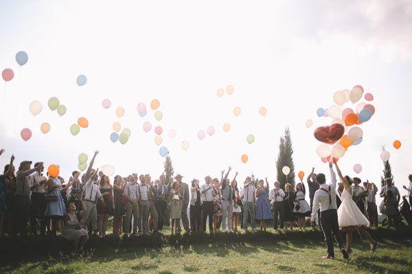 colorful balloon release http://weddingwonderland.it/2015/05/matrimonio-rockabilly-colorato.html