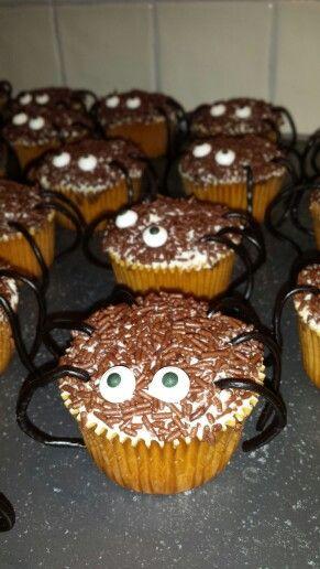 Traktatie school ~ Jop    Benodigdheden: cakejes (heerlijk zelfgemaakte), Botercreme, hagelslag, oogjes, dropveters.