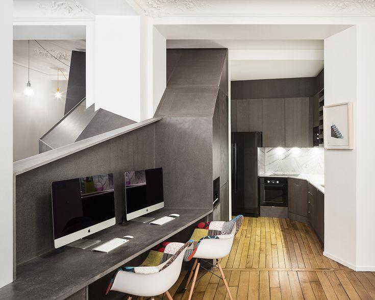 Studio Razavi verbouwt een appartement in Parijs voor een jong stel door moderne objecten die zijn gemaakt antraciete valchromat-platen te plaatsen in het van oorsprong klassieke huis.