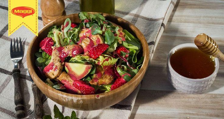 Σαλάτα κοτόπουλο, με αβοκάντο και υπέροχες ζουμερές φράουλες. Συνοδέψτε τη με το ντρέσινγκ φρούτων και θα έχετε ένα ολοκληρωμένο γεύμα.