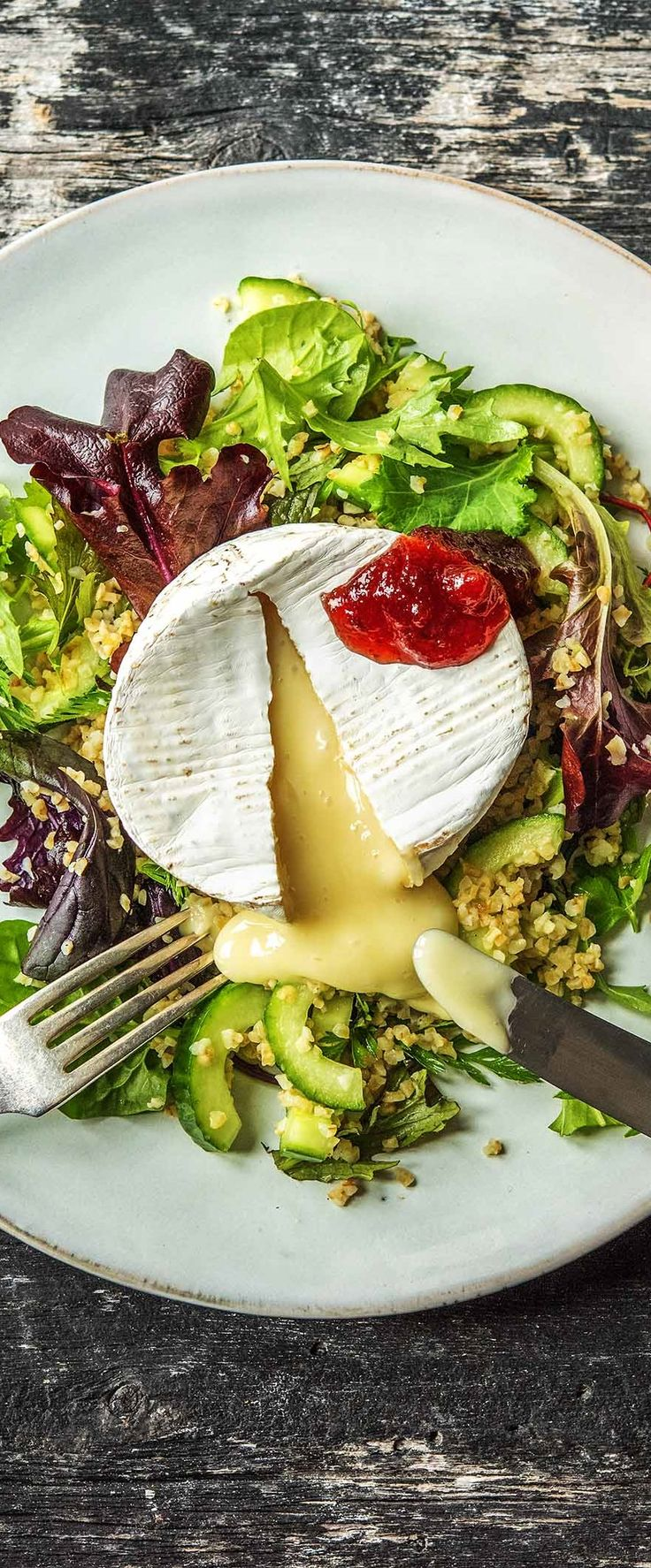 Ofen-Camembert mit Preiselbeermarmelade,auf geröstetem Bulgur-Wildkräuter-Salat  Käse / Veggie / Vegetarisch / Salat / Frisch / Gesund / Abnehmen