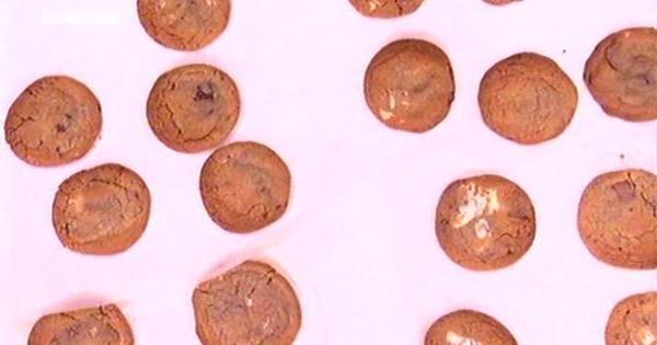 ΜΑΛΑΚΑ ΜΠΙΣΚΟΤΑ (ΑΚΗΣ) Υλικά για 16 ΜΕΓΑΛΑ μπισκότα  250γρ. αλεύρι για όλες τις χρήσεις 1/2 κ.γλ. σόδα 200γρ. βούτυρο χωρισμένο στα 140+ 60γρ. 150γρ. μαύρη ζάχαρη 100γρ. κρυσταλλική ζάχαρη 1/2 κ.γλ. αλάτι 2 βανίλιες 1 αυγό και 1 κρόκο 300γρ. διάφορες σοκολάτες κομμένες σε κομματάκια