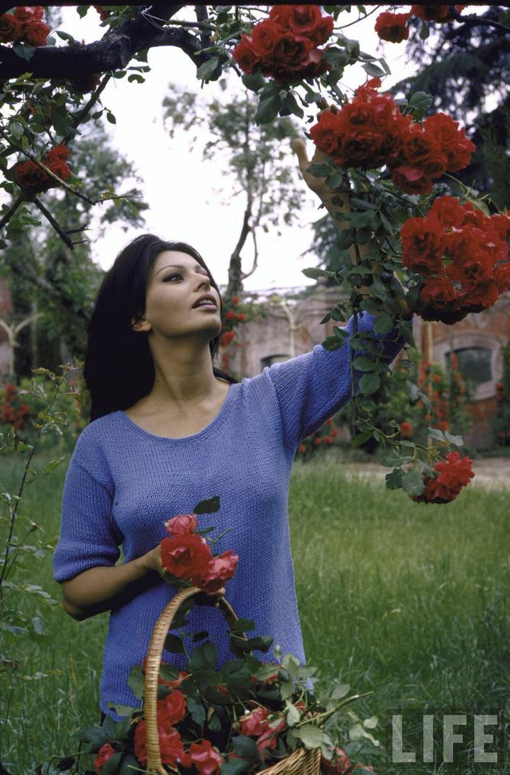 Sophia and her flowers via Tres Bohemes