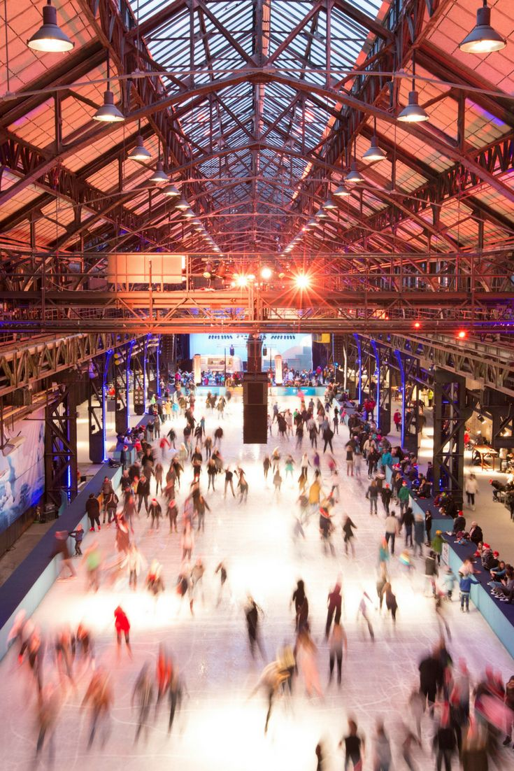 Eislaufen in der Jahrhunderthalle Bochum im Ruhrgebiet - nur einer unserer außergewöhnlichen Wintertipps für unvergessliche Ausflüge und Urlaube in Deinem NRW. ©️  Jahrhunderthalle Bochum