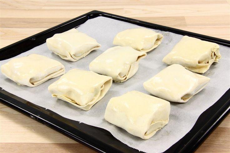 Kyllingefileterne halveres og steges et par minutter på hver side. <BR> <BR> Rul butterdejspladerne ud, og del dem i 2 stykker. Smør hver kyllingefilet med et tykt lag pikant ost på begge sider, og