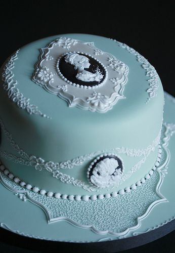 Cake with black and white cameo / vintage taart van taarten decoreren gepind door www.hierishetfeest.com