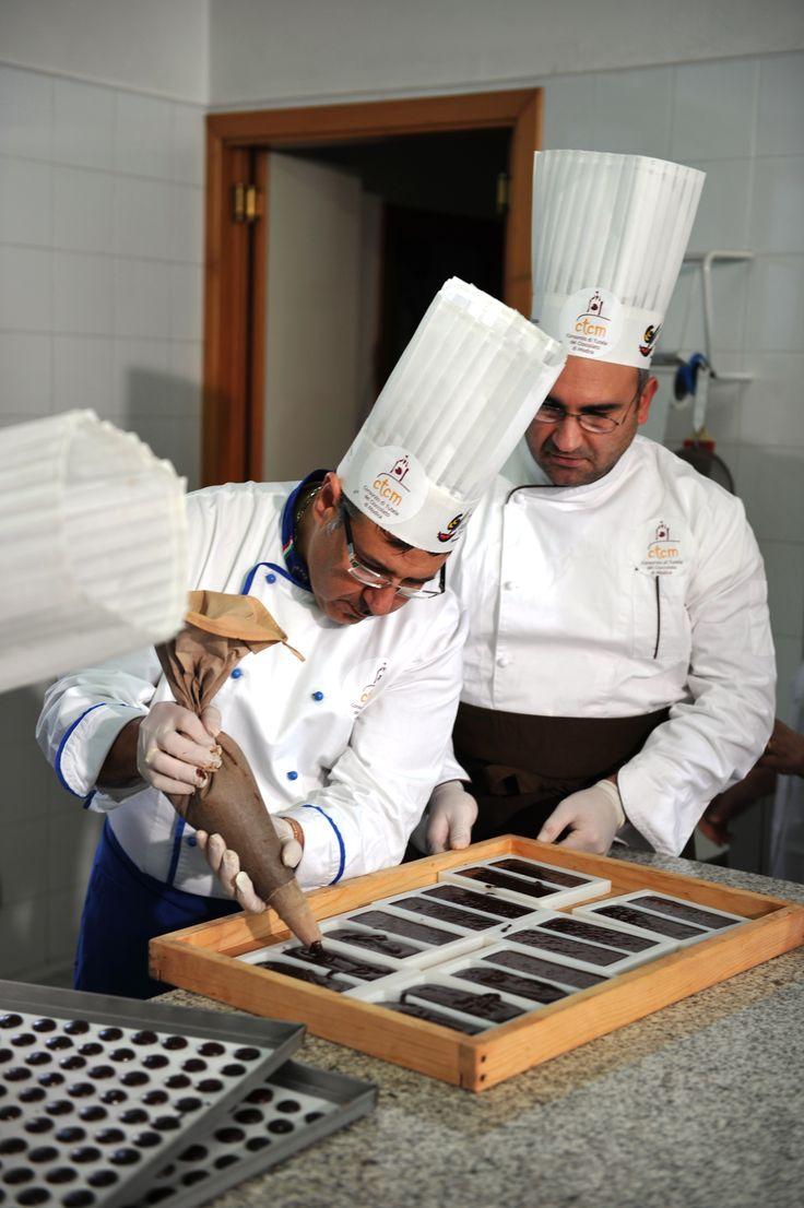 Maestri cioccolatieri preparano barrette di Cioccolato di Modica